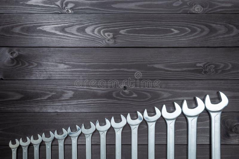 Reeks verchroomde moersleutels op een donkere houten werkbank Hoogste mening, exemplaarruimte royalty-vrije stock fotografie