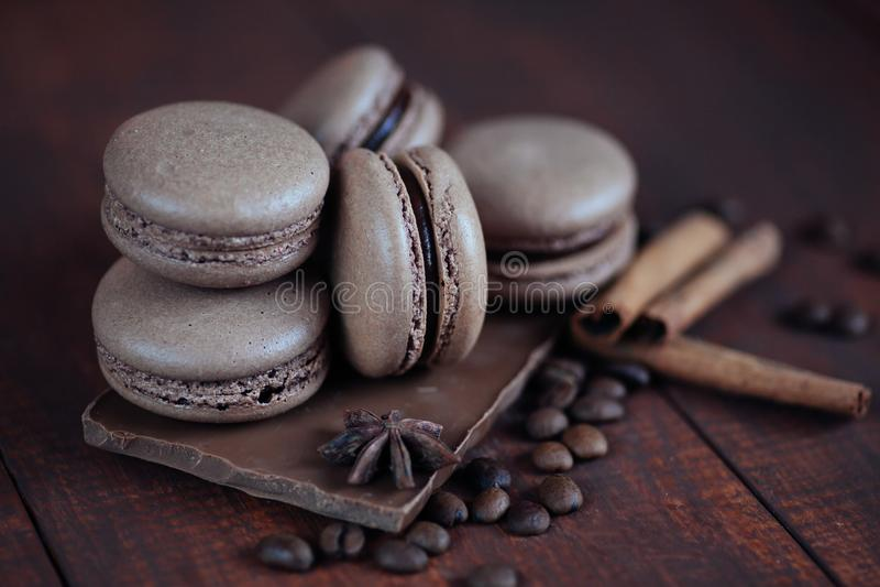 Reeks verschillende Franse koekjesmakarons met koffiebonen op houten achtergrond close-up Koffie, chocoladesmaken stock foto's
