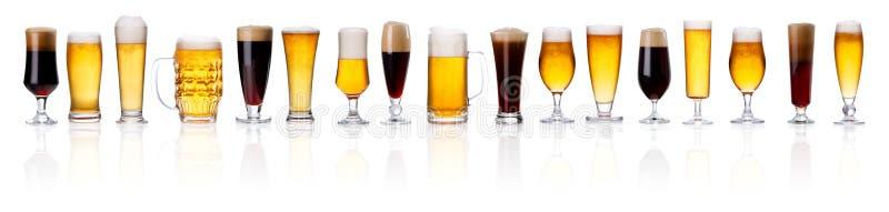 Reeks verschillende geïsoleerde types van bier met schuim in glazen royalty-vrije stock afbeeldingen