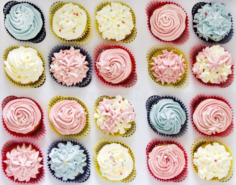Reeks verschillende heerlijke eigengemaakte cupcakes in document levering B royalty-vrije stock afbeelding