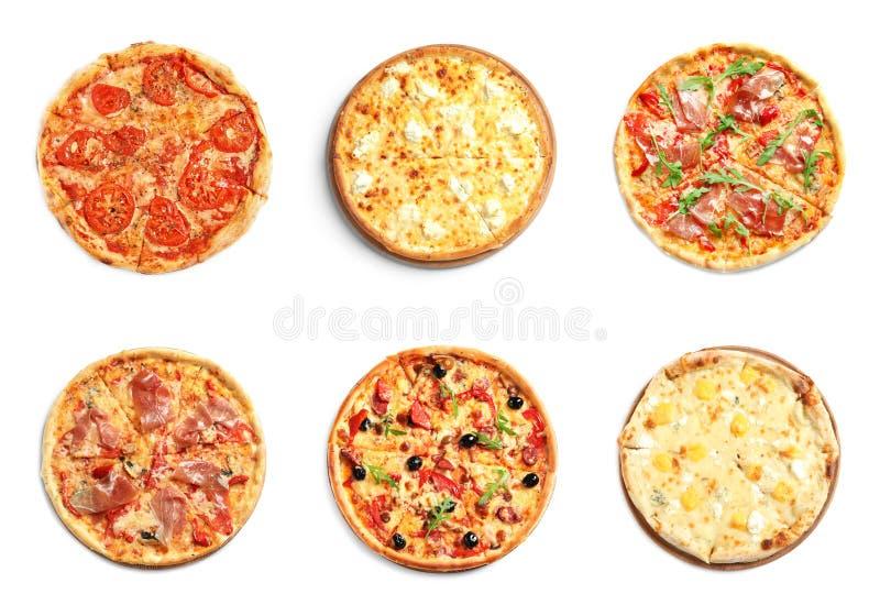 Reeks verschillende hete pizza's met heerlijke gesmolten kaas op witte achtergrond stock afbeeldingen