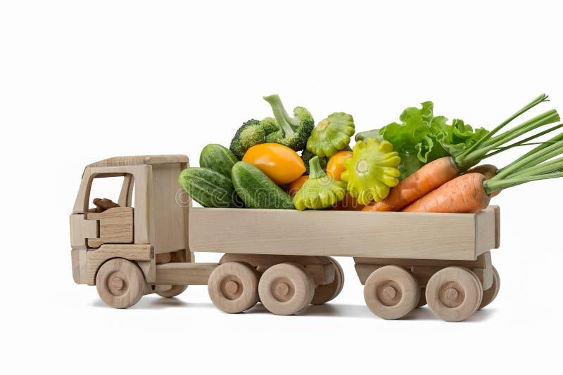 Reeks verschillende verse groenten op houten vrachtwagen royalty-vrije stock foto