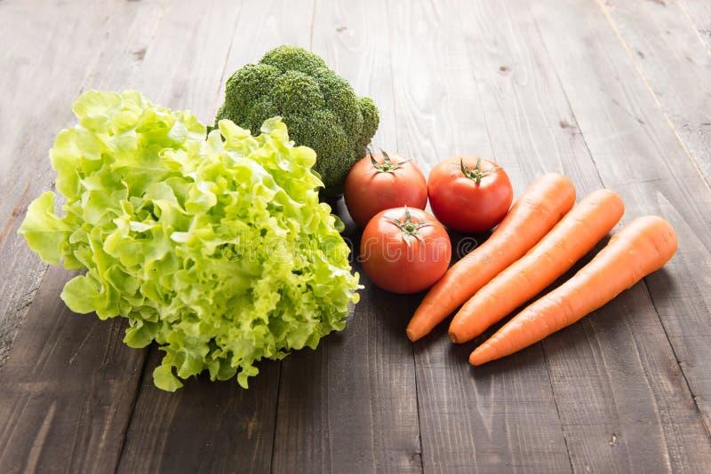 Reeks verse groenten op houten lijst stock foto
