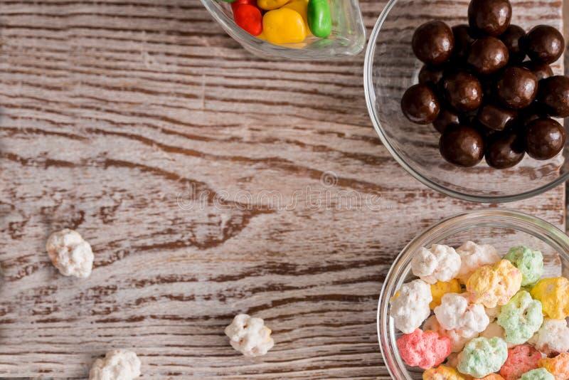 reeks vier kommen kleurrijk helder rond zoet suikergoed geel blauw blauw wit op een verticale raadsachtergrond stock afbeelding