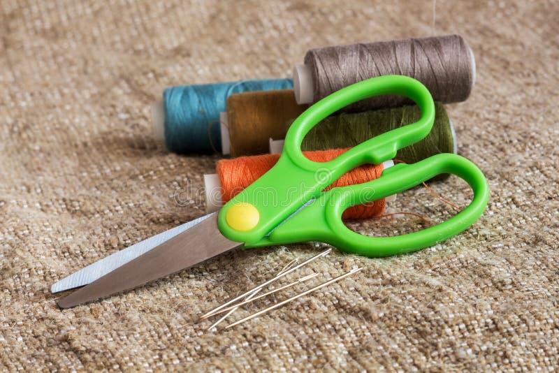 Reeks voor het naaien en handwerk: schaar, kleurrijke draden, stock afbeelding