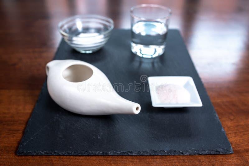 Reeks voor het neus schoonmaken met netipot, ayurvedic geneeskundesysteem stock foto's