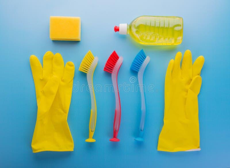 Reeks voor reiniging Rubberhandschoenen, gekleurde borstelspons en wasmiddel stock foto's