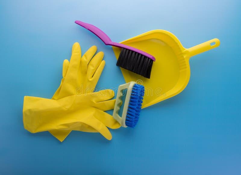 Reeks voor reiniging Rubberhandschoenen, penselen en broombroed stock fotografie