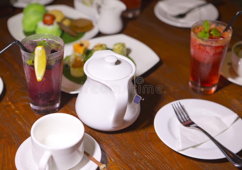 Reeks voor thee, snack, twee glazen met fruitcocktail royalty-vrije stock fotografie