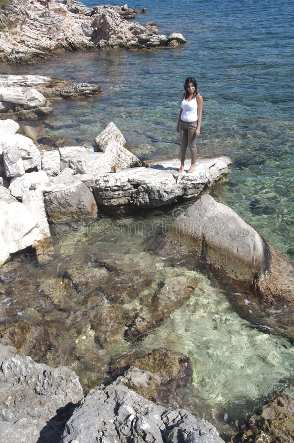 Reeks - vrouwen op een rots stock foto