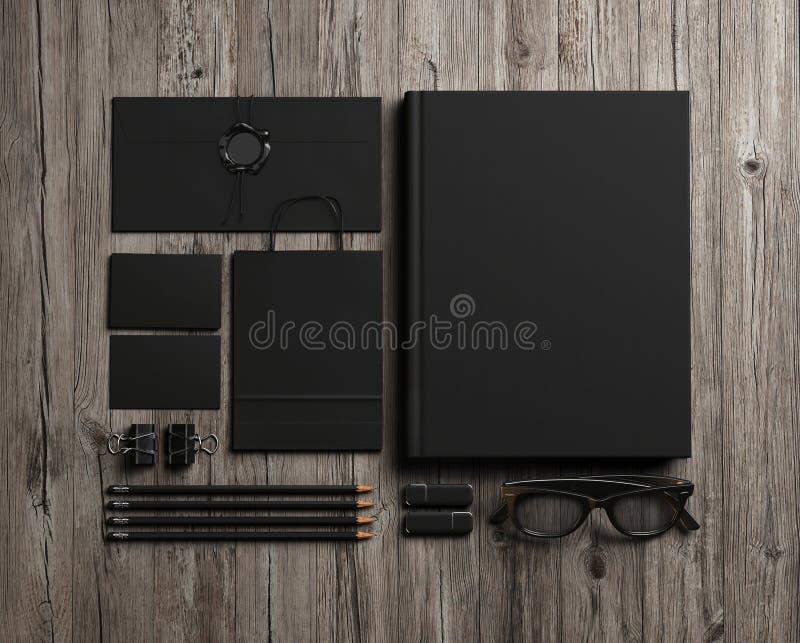 Reeks zwarte identiteitselementen op uitstekende houten achtergrond stock afbeeldingen