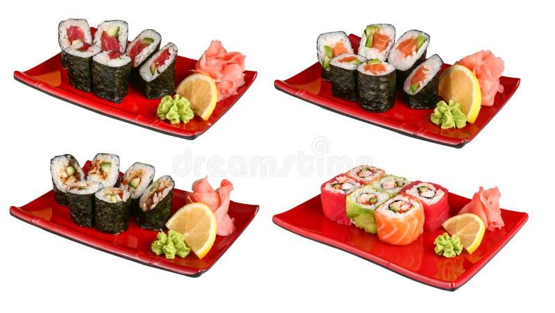 Reeksen sushibroodjes in rode platen stock afbeeldingen