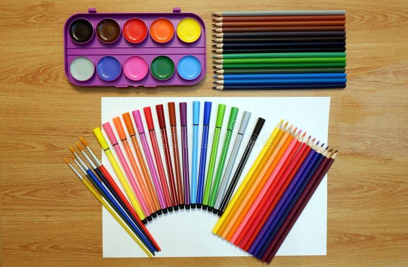 Reeksen waterverfverven en borstels, kleurpotloden en gevoelde pennen, leeg blad van met document vector illustratie