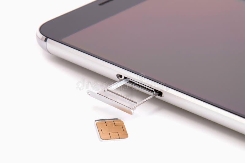 Reemplazo de la tarjeta de SIM en el teléfono foto de archivo libre de regalías