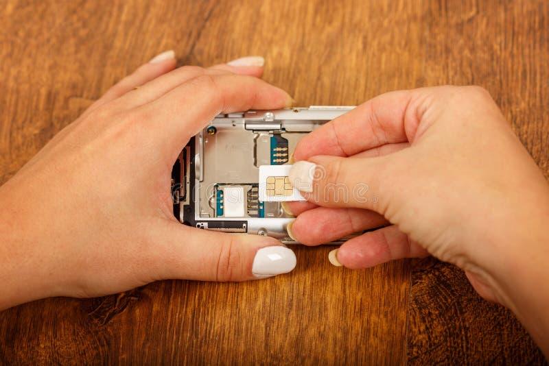 Reemplazo de la tarjeta de SIM en un smartphone imagen de archivo