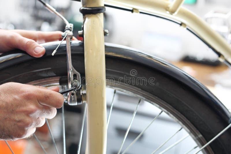 Reemplazo del cable de freno en frenos de la bicicleta imagenes de archivo