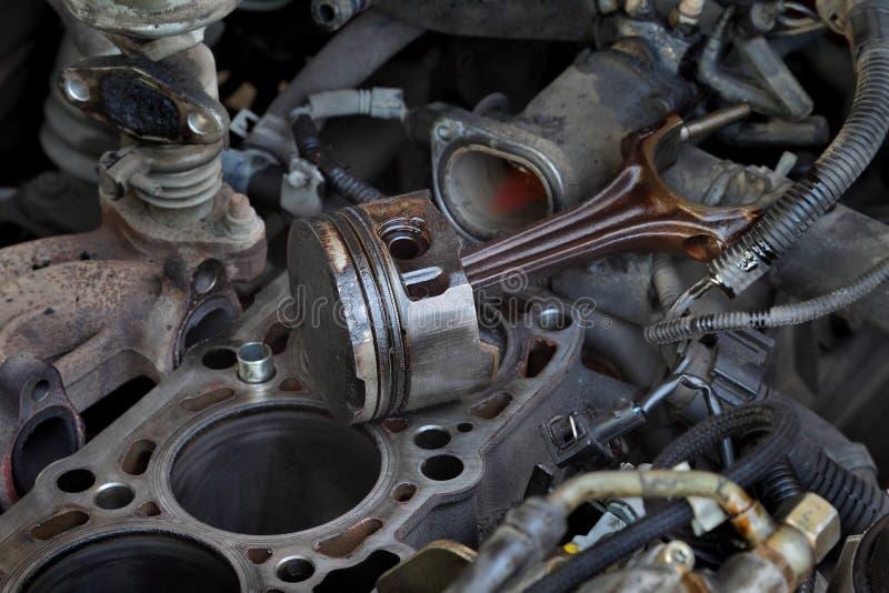Reemplazo del pistón del motor de coche, cercano para arriba de piezas imagen de archivo