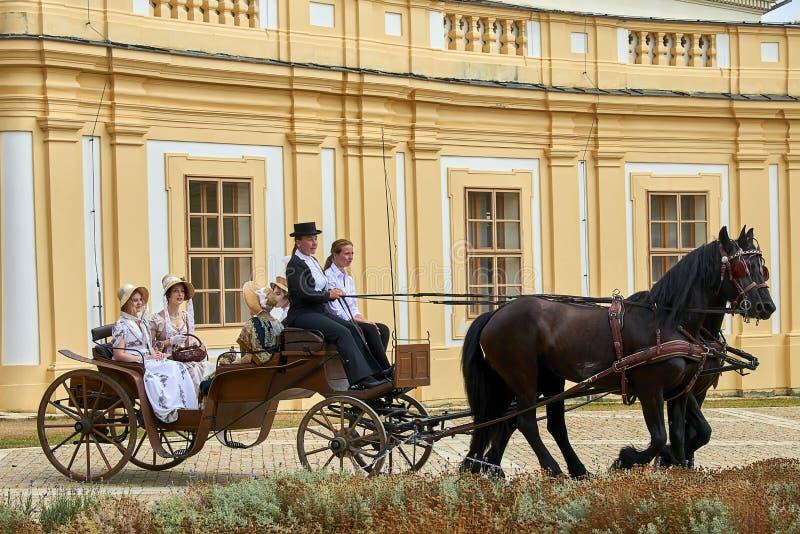 Reenactment замка Slavkov-Аустерлица исторический Дамы и господа в костюмах эпохы Наполеон Бонапарт исторических едут в его стоковые изображения