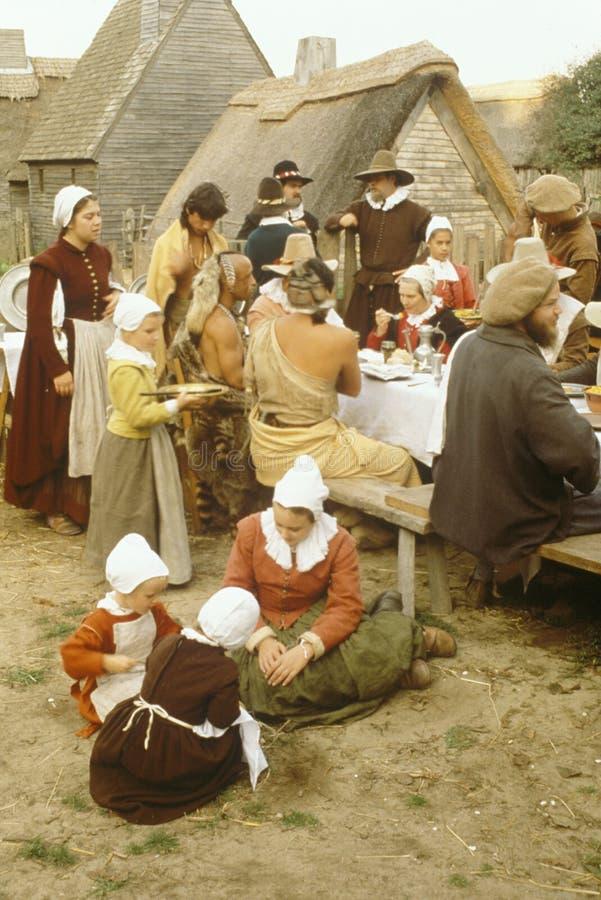 Reenactment do jantar dos peregrinos e dos indianos imagens de stock