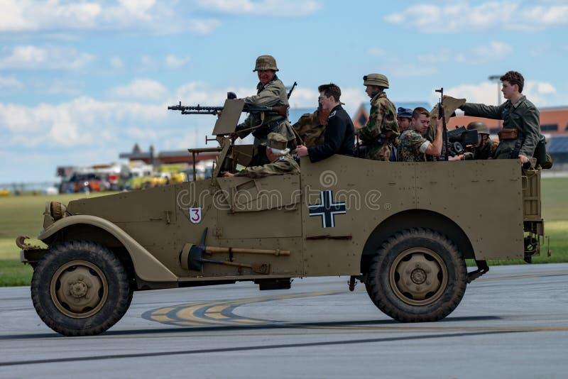 Reenactment för världskrig II av en strid mellan den amerikanska infanteristen och tysksoldater arkivfoto