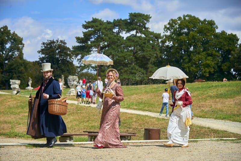 Reenactment histórico do castelo de Slavkov-Austerlitz As senhoras e senhores deputados em trajes históricos da época de Napoleon foto de stock royalty free