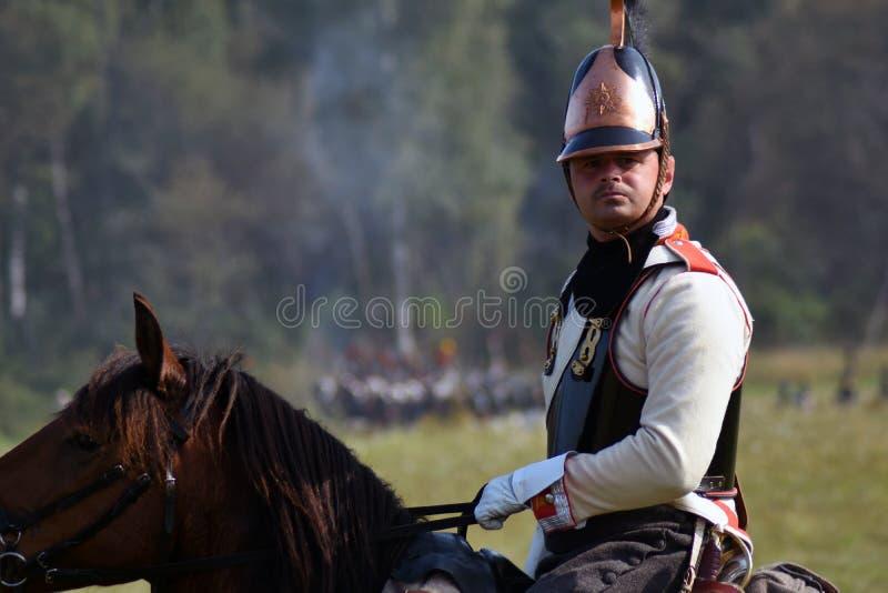 Reenactor monte un cheval à la reconstitution historique de bataille de Borodino en Russie photo libre de droits