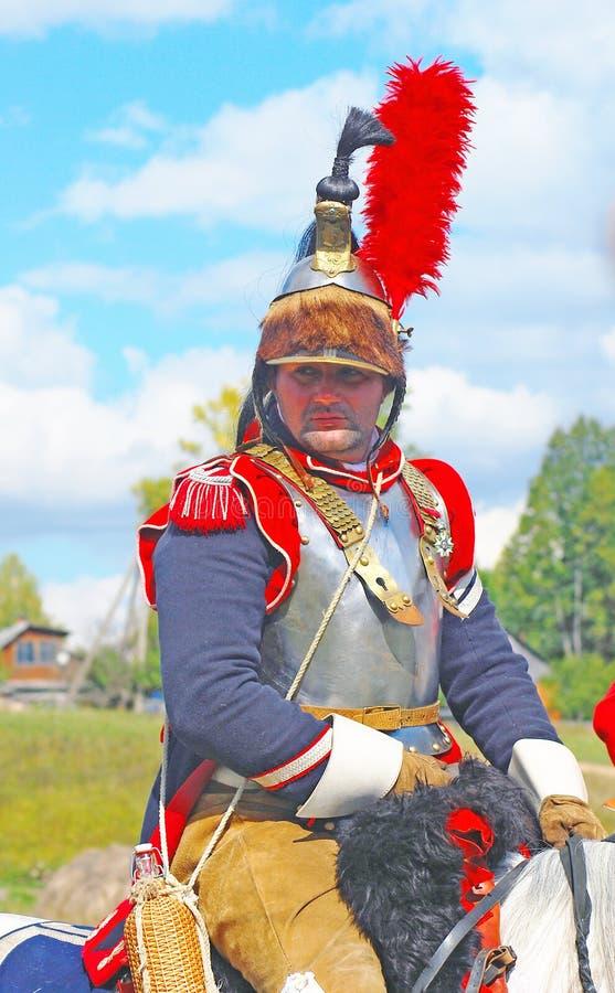 Reenactor si è vestito come il soldato francese di guerra napoleonica monta un cavallo immagini stock libere da diritti