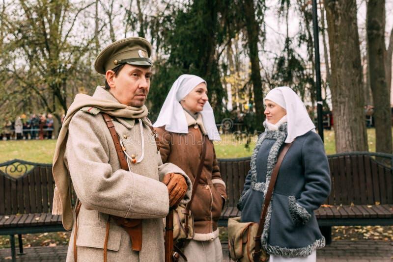 Reenactors blancs de soldats et d'infirmières de garde à la célébration de photographie stock libre de droits