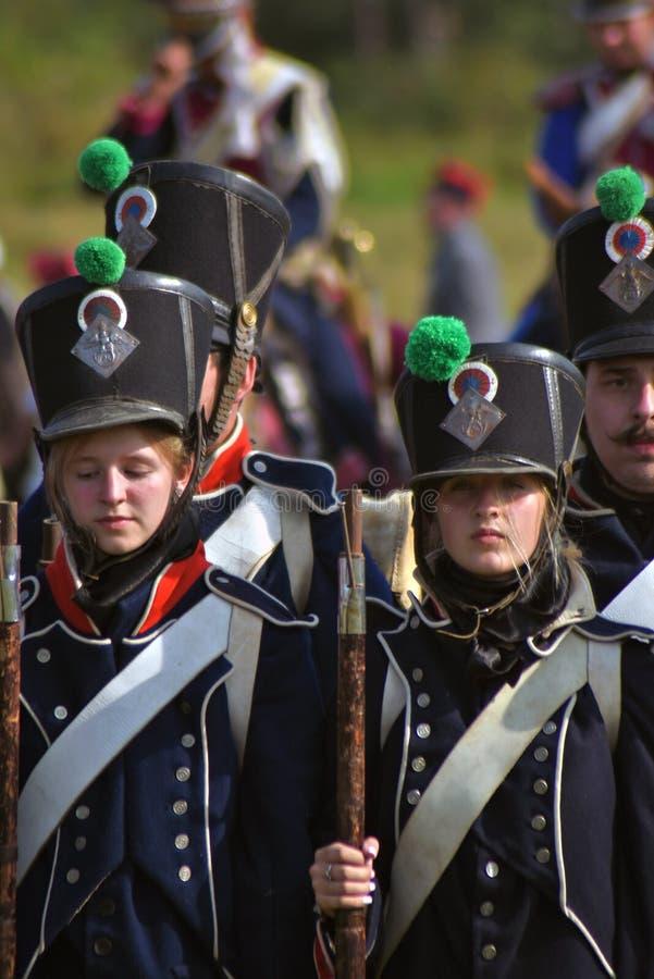 Reenactors das mulheres e dos homens no reenactment histórico da batalha de Borodino em Rússia fotografia de stock royalty free