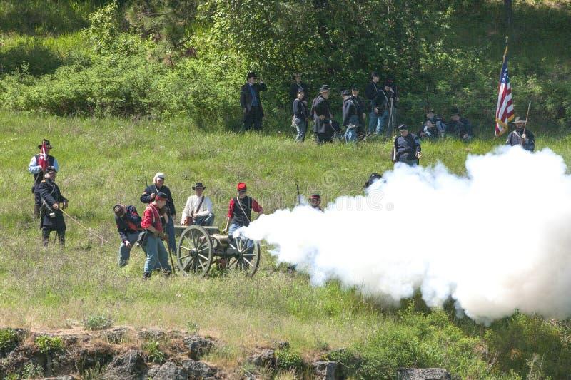 Reenactors de guerre civile mettant le feu au canon photo libre de droits