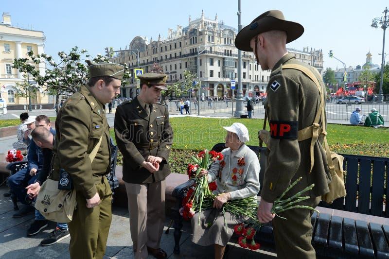 Reenactors in de vorm van U S militairen tijdens Wereldoorlog II tijdens de viering van Victory Day bij het Bolshoi-theater in Mo stock afbeeldingen