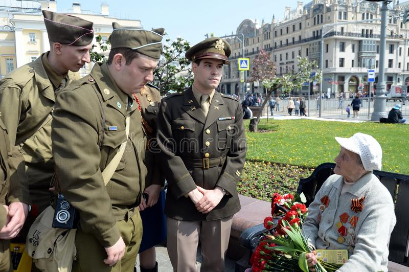 Reenactors in de vorm van U S militairen tijdens Wereldoorlog II tijdens de viering van Victory Day bij het Bolshoi-theater in Mo stock fotografie