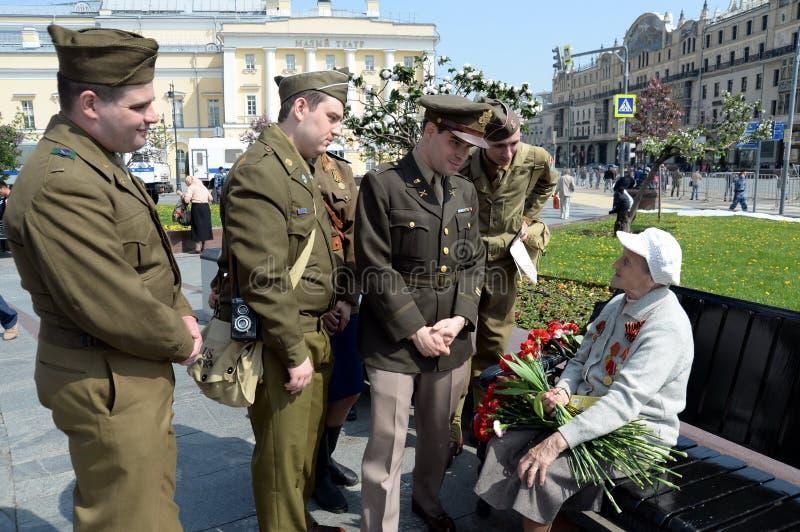 Reenactors in de vorm van U S militairen tijdens Wereldoorlog II tijdens de viering van Victory Day bij het Bolshoi-theater in Mo royalty-vrije stock fotografie