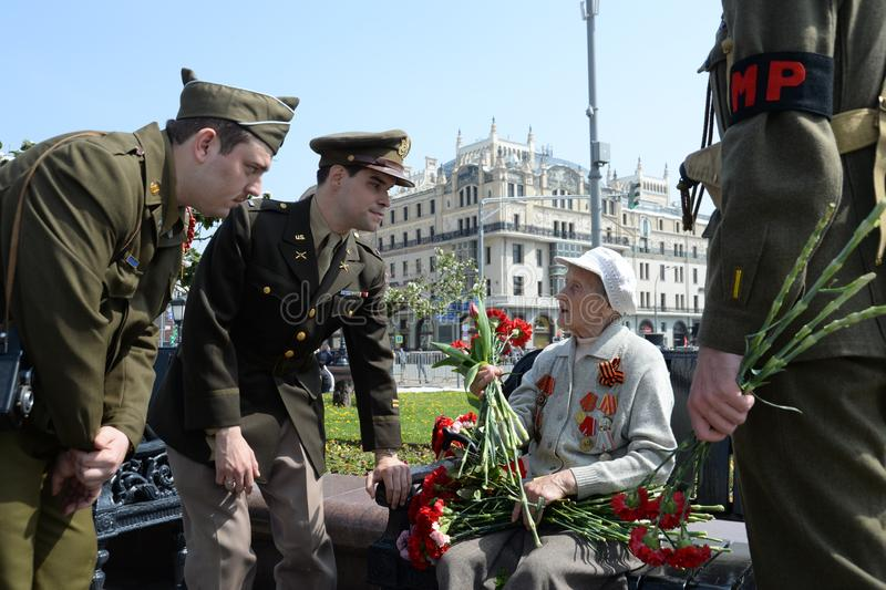 Reenactors in de vorm van U S militairen tijdens Wereldoorlog II tijdens de viering van Victory Day bij het Bolshoi-theater in Mo stock foto