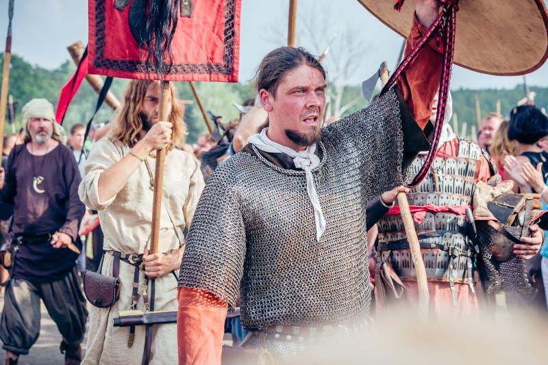 Reenactors gekleed in Viking en de Slavische terugkeer van pantseruniformen van royalty-vrije stock foto