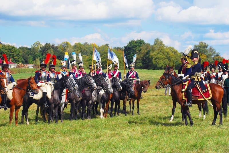 Reenactors kleedde zich aangezien Napoleonic oorlogs Franse militairen paarden berijden royalty-vrije stock afbeeldingen
