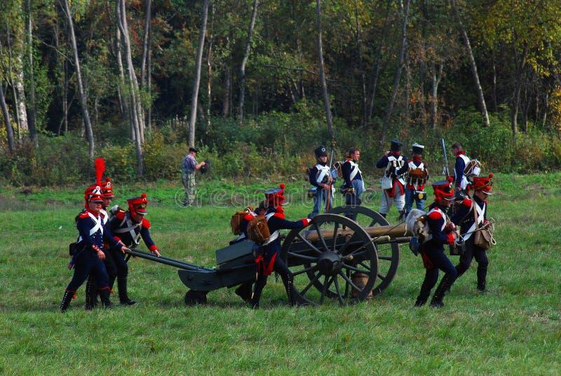 Reenactors kleedde zich aangezien Napoleonic oorlogsmilitairen een kanon dragen royalty-vrije stock fotografie