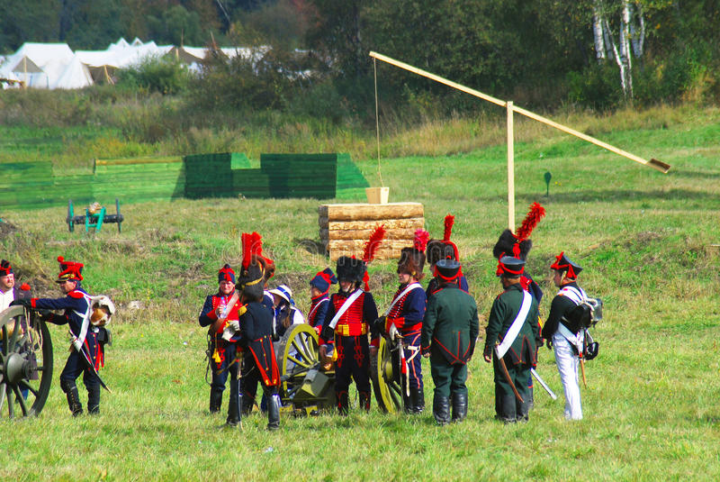Reenactors kleedde zich aangezien Napoleonic oorlogsmilitairen voor een slag voorbereidingen treffen royalty-vrije stock afbeeldingen
