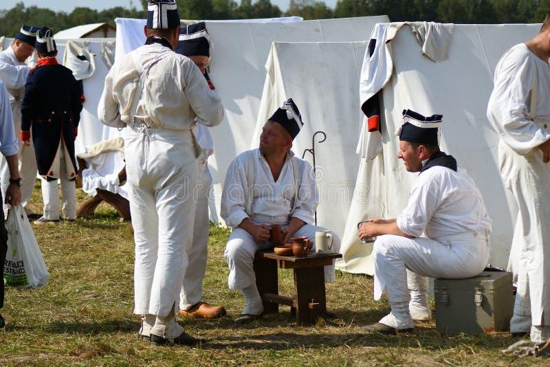 Reenactors kleedde zich als Franse legermilitairen bij Borodino-het slag historische weer invoeren in Rusland royalty-vrije stock afbeelding