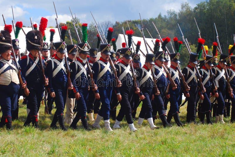 Reenactors kleedde zich als Napoleonic de holdingskanonnen van maart van oorlogsmilitairen royalty-vrije stock afbeeldingen