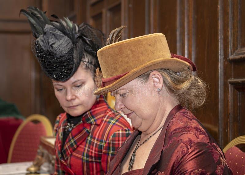 Reenactors kleedde zich als victorian dames stock foto's