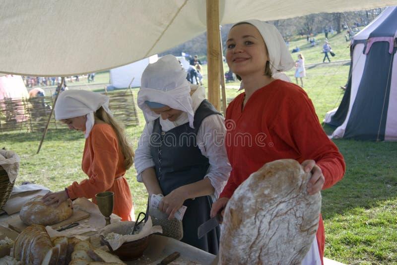 Reenactors in Kolomenskoye-park in Moskou De vrouwen verkopen brood royalty-vrije stock foto's