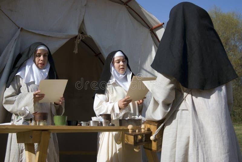 Reenactors in Kolomenskoye-park in Moskou De vrouwen zingen geestelijke liederen stock afbeeldingen