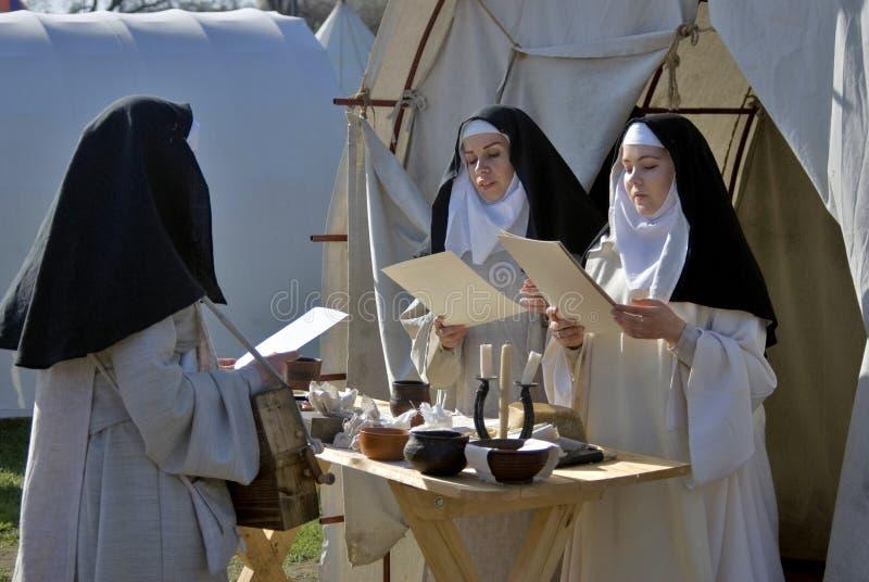 Reenactors in Kolomenskoye-park in Moskou De vrouwen zingen geestelijke liederen royalty-vrije stock afbeelding