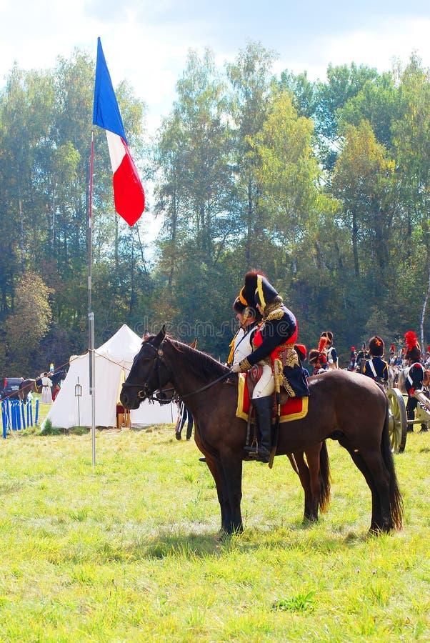 Reenactors s'est habillé comme les soldats de guerre napoléonienne montent des chevaux image stock