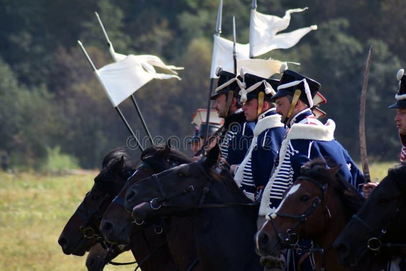 Reenactors s'est habillé comme les soldats russes d'armée chez Borodino luttent la reconstitution historique en Russie images stock