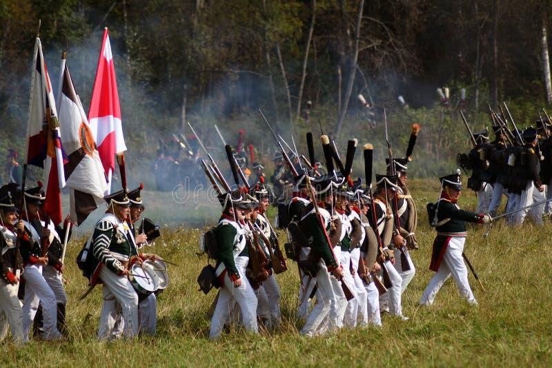 Reenactors s'est habillé comme les soldats russes d'armée marchent à la reconstitution historique de bataille de Borodino en Russ images libres de droits