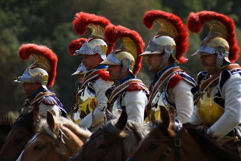 Reenactors s'est habillé en tant que cuirassiers français de soldats d'armée à la reconstitution historique de bataille de Borodi image libre de droits
