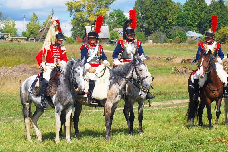 Reenactors si è vestito come i soldati francesi di guerra napoleonica montano i cavalli fotografia stock