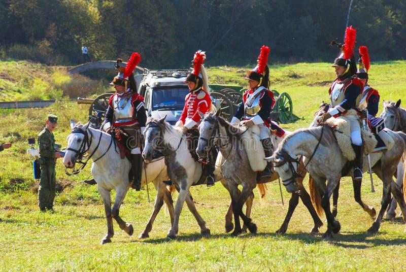 Reenactors si è vestito come i soldati francesi di guerra napoleonica montano i cavalli immagine stock libera da diritti